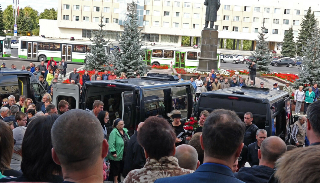 Flere tusen mennesker var til stede da fem russiske atomforskere ble gravlagt i byen Sarov mandag. Foto: Russian State Atomic Energy Corporation ROSATOM via AP / NTB scanpix