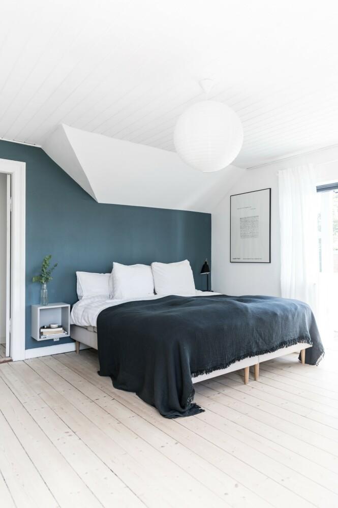 Soverommet er innredet minimalistisk. Siden de fikk et stort soverom da de flyttet inn i dette huset, ville de at det skulle være et rolig, og ikke minst luftig, rom som kun skal brukes til å sove i og ikke til arbeid og rot. Derfor brukes ekstrarommet ved siden av til oppbevaring av klær. FOTO: Julie Witterup og Mikkel Dahlstrøm/Another Studio