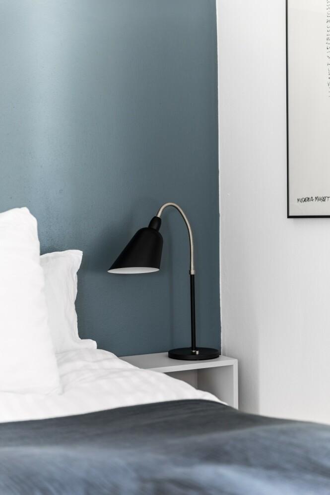 Nattbordlampen er   fra Ikea, og senge- teppet er fra Hay. FOTO: Julie Witterup og Mikkel Dahlstrøm/Another Studio