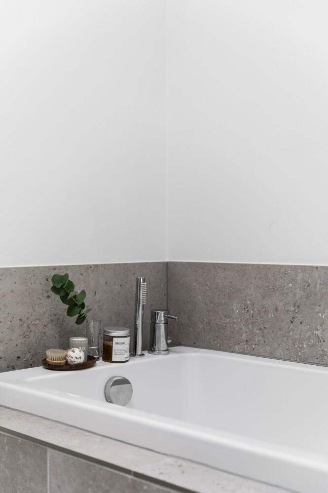 Paret setter ekstra pris på det flotte badekaret på kalde vinterdager. Tips! Gi varme til et rom som i utgangspunktet har et kjølig uttrykk ved å sette fram duftende produkter og detaljer i tre. FOTO: Julie Witterup og Mikkel Dahlstrøm/Another Studio