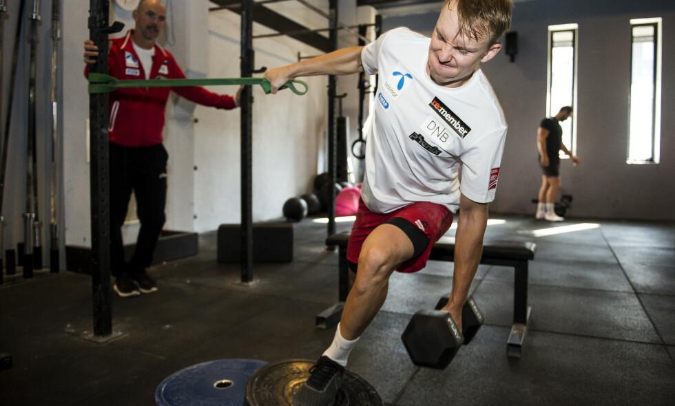 TUNGE TAK: Henrik Kristoffersen har jobbet mye med å forbedre utholdenheten i sommer, men styrketreningen er fortsatt en viktig del av hverdagen. Foto: Carina Johansen