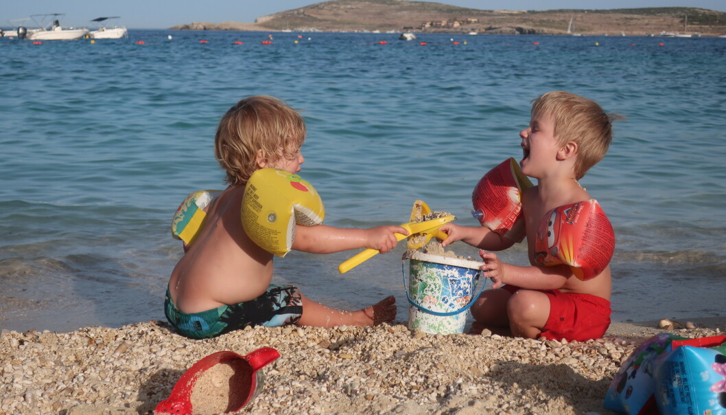 BADELIV: Helgene tilbringer familien ofte ved bassengkanten eller på en av Maltas fine strender. FOTO: PRIVAT
