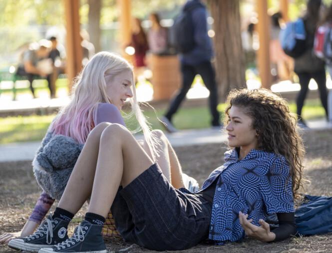 EUPHORIA: Akkurat nå er Zendaya å se som den rusavhengig tenåring Rue (t.h.) i HBO-serien Euphoria. Foto: Scanpix