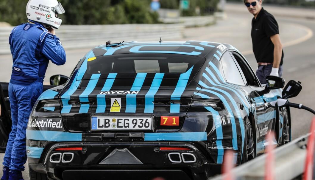 SEKS SJÅFØRER: I løpet av 24 timer delte seks sjåfører på oppgaven. Foto: Porsche