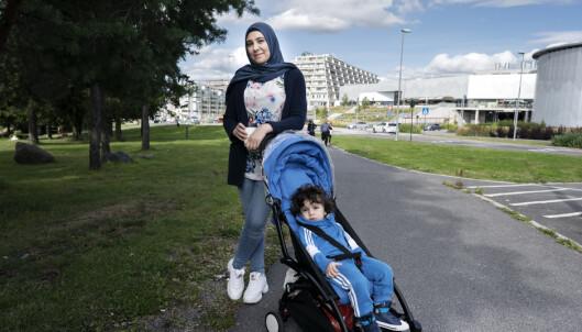 TRYGT: Johaina Rifai (29) og sønnen Daniel (1,5 år) har aldri opplevd muslimat. - Men det er færre etnisk norske på Stovner nå enn før. Det er trist, sier hun.