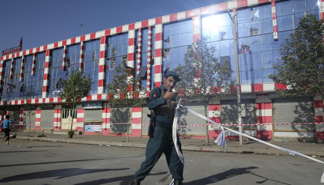 En afghansk politimann holder vakt utenfor bryllupshallen Dubai City i Kabul. Foto: Rafiq Maqbool / AP / NTB scanpix