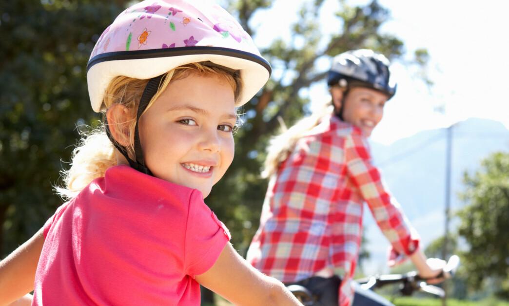<strong>NASJONAL ANBEFALING:</strong> I Norge anbefaler man at barn tar av seg hjelmen under lek, mens svenskene går ut med en nasjonal anbefaling om bruk av hjelm med grønn spenne. Foto: Shutterstock/NTB scanpix