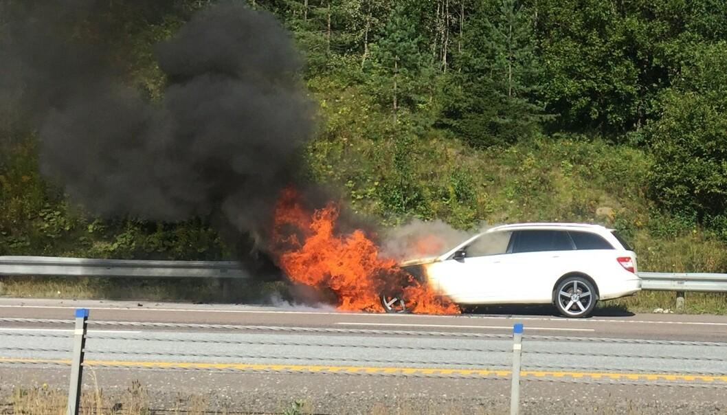 <strong>DRAMATISK:</strong> Det er svært dramatisk når en bil begynner å brenne under kjøring, slik som her på E6 utenfor Oslo forrige uke. Foto: Rune Korsvoll