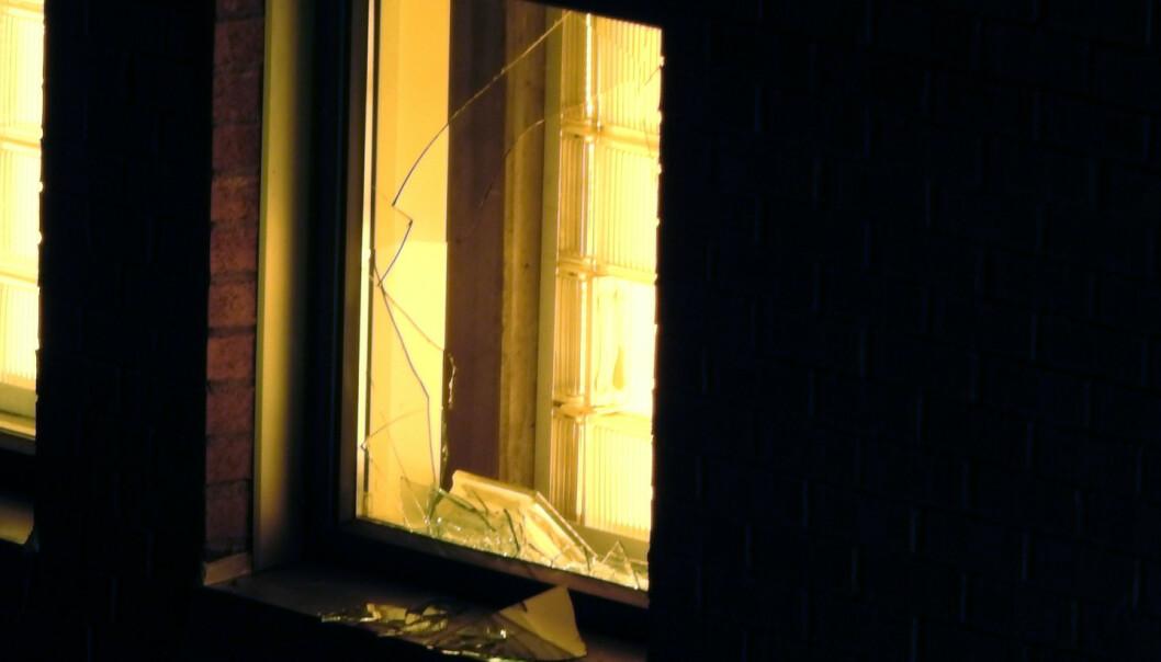 Mens politibetjenten på vakt alene bare kunne se på i påvente av forsterkninger, hamret den innsatte løs på glassbyggersteinen i cella til den løsnet og slo seg ut av vinduet og stakk av. Foto: Geir Norendal / NTB scanpix