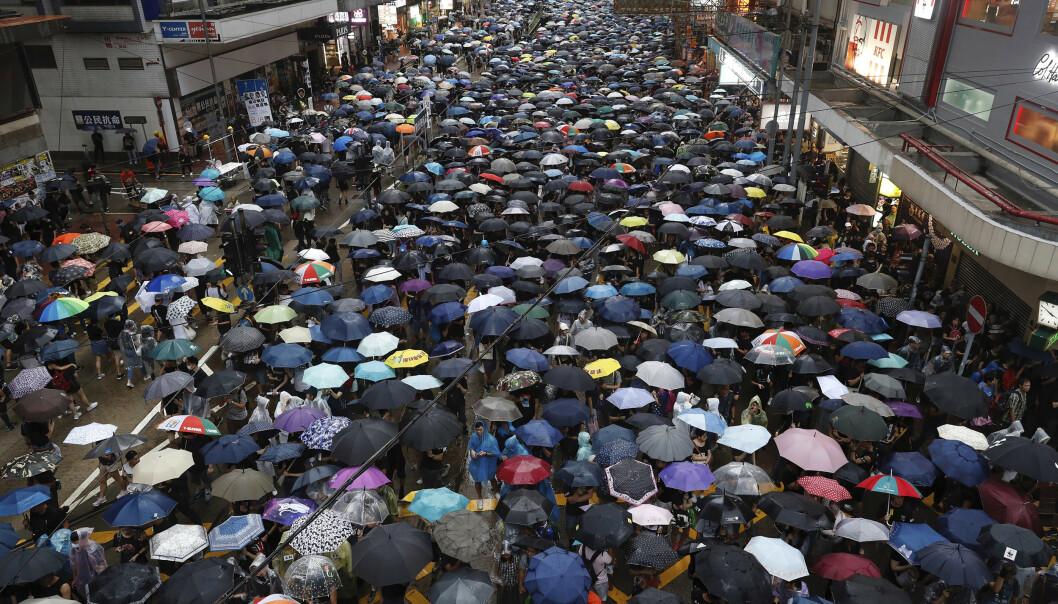 Demonstranter har i flere måneder protestert i Hongkong. Twitter anklager Kina for å bruke falske Twitter-kontoer for å skape uro og splid blant demonstrantene. Foto: AP / NTB scanpix