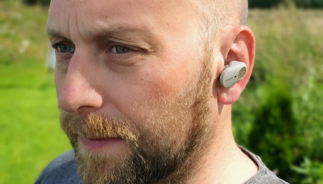 <strong>SITTER GODT:</strong> Selv om de veier dobbelt så mye som Airpods, har Sony WF-1000XM3 godt feste i øret. Foto: Pål Joakim Pollen