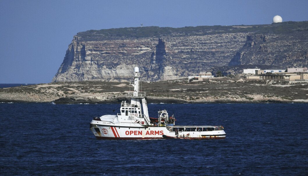 Ti mennesker har kastet seg i havet fra redningsfartøyet Open Arms i et forsøk på å svømme i land på den italienske øya Lampedusa. Foto: AP / NTB scanpix.