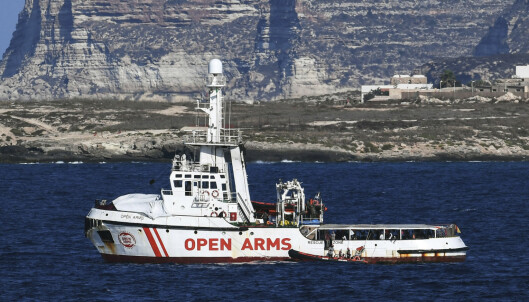 Ti mennesker har i desperasjon hoppet fra redningsfartøyet