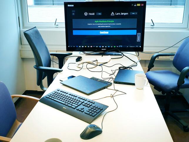 Her er rommet NRK bruker til mobb-programmering. Tastaturet går på rundgang. 📸: Privat