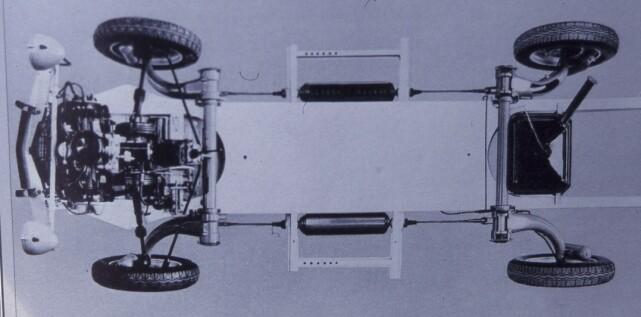 LETT PLATFORMRAMME: Spiralfjærer montert horisontalt midt på ramma med sammenheng mellom for- og bakhjul. Ingen bil, hverken før eller senere, har hatt noe slikt. Tosylindret, luftkjølt boksermotor med aluminiumsblokk. Selvsagt forhjulsdrift. Foto: Citroën