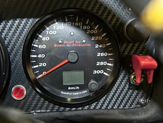 <strong>SIGNERT:</strong> I speedometeret er det ingen tvil om hvem som er byggherren. Foto: Kaj Alver