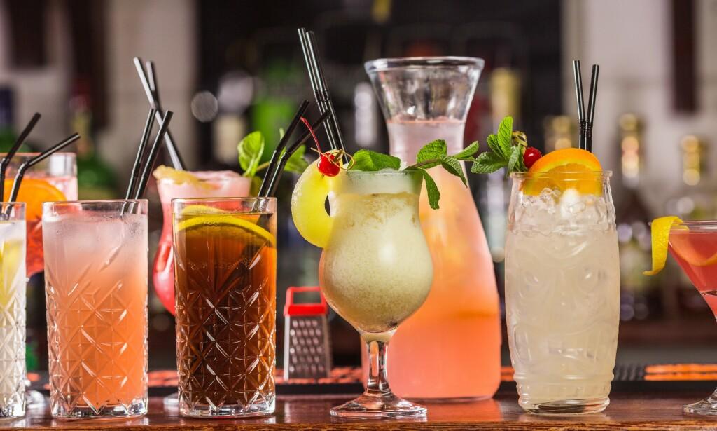 COCKTAILS: Posene smaker som helt standard kommersielle utgaver av cocktailene de inneholder, med mye sødme og lite friskhet. Foto: Shutterstock / NTB Scanpix