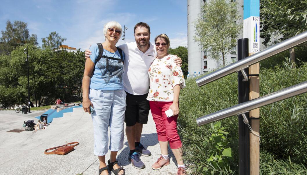 STOLPEVENNER: Disse tre stolpeentusiastene kan skrive under på at Stolpejakten er en sosial aktivitet. Fra venstre: Mona Ekeheien (63), Liv Langberg (57) og Geir-Arne Eriksen (39). FOTO: Geir Olsen/NTB scanpix.