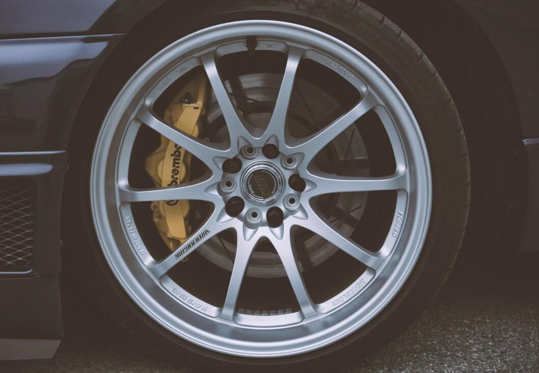 <strong>FELGENE:</strong> Volk CE28n i 10x19,5 tommer. Bremsene er Bremboi 6-stempla calipere med 355 millimeters flytende skiver foran. Bak er det Brembo 4-stempla med 345 millimeters flytende skiver. Foto: Kaj Alver