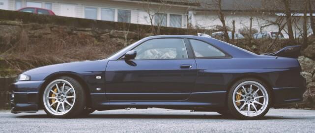 DETALJER: Fronten er original. GT-R behøver egentlig ingen modifikasjoner på utseendet. Hekkvingen er original med en kustom BMW M3-flipp. Foto Kaj Alver