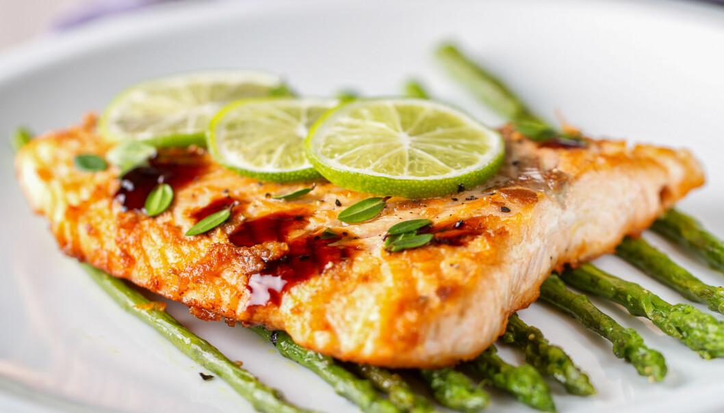 SPISE SUNT: Mange av oss spiser lite fet fisk, som inneholder både godt med proteiner, omega 3 og D-vitamin. FOTO: NTB Scanpix
