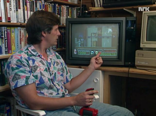 Sosionom og medieforsker Kåre T. Pettersen spiller her RoboCop 2-spillet på Amiga. Han peker og forklarer hvordan dreping gir poeng, og hvordan den røde brusboksen nederst til høyre trolig skal gi barn mer lyst på brus. 📸: NRK