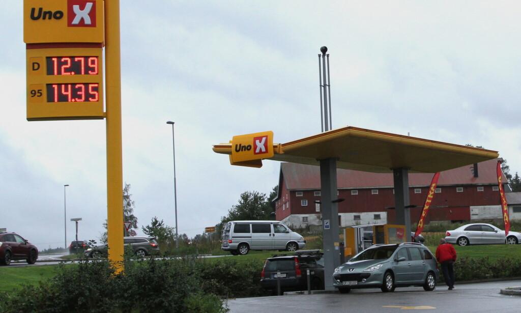LOKAL KONKURRANSE: På steder med flere bensinstasjoner, er konkurransen på pris så sterk at du kan tanke billig som dette bare du passer på. Foto: Rune Korsvoll