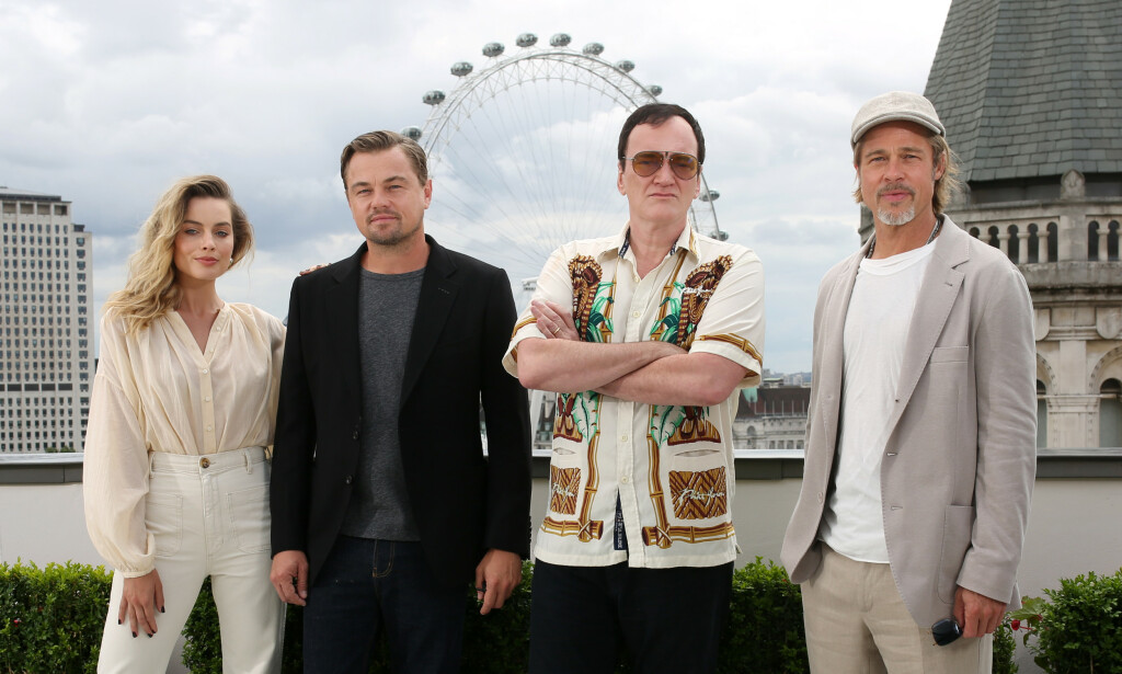 BLIR PAPPA: Den kinoaktuelle stjerneregissøren Quentin Tarantino blir far for første gang. Her med «Once Upon A Time in Hollywood»-stjernene Margot Robbie, Leonardo DiCaprio og Brad Pitt i London. Foto: NTB Scanpix