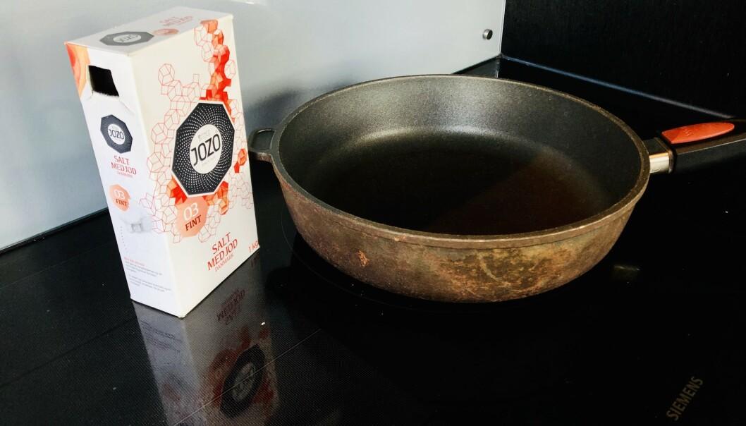 <strong>SLUKKE BRANN:</strong> Om det begynner å brenne i stekepanna under matlaging, kan det lønne seg å ha bordsaltet i nærheten. I artikkelen under forklarer kjemikeren hvorfor. Foto: Linn Merete Rognø.