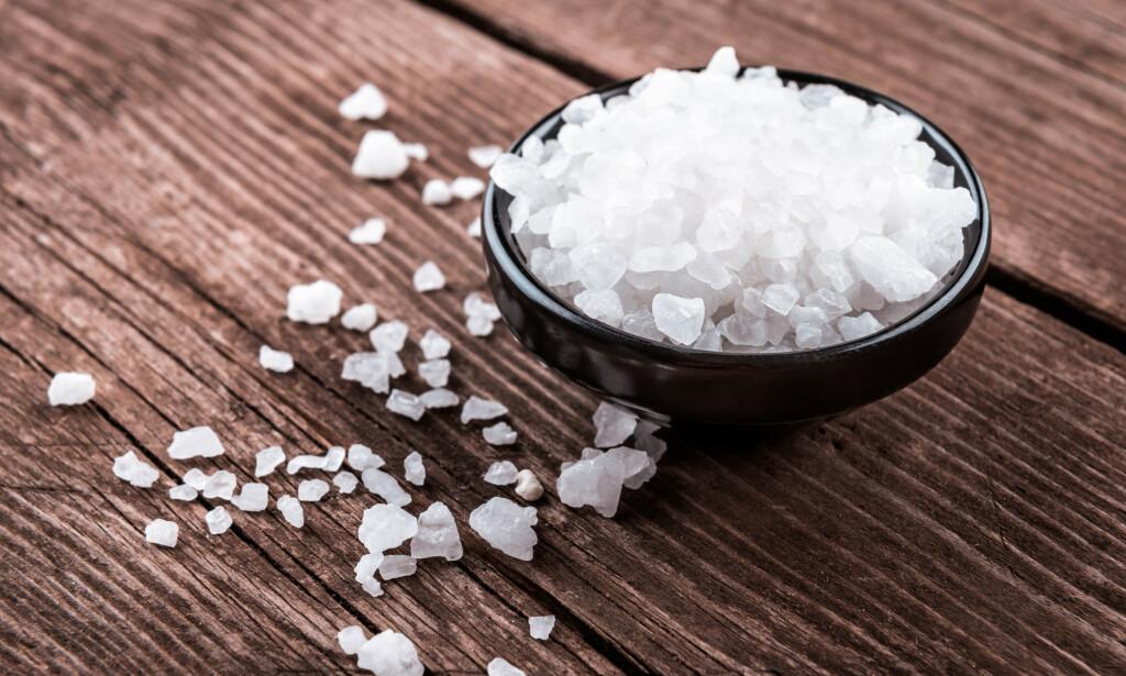 Salt: For mye salt i maten er ikke sunt, men det er vanskelig å vite hvor mye man faktisk får i seg. Foto: NTB Scanpix