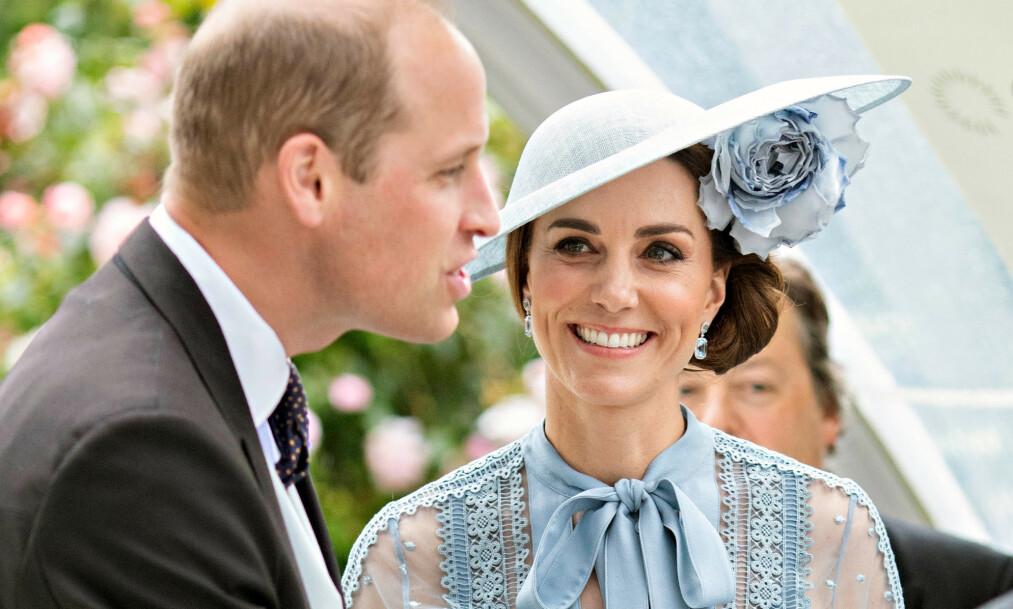 JORDNÆRE: Prins William og hertuginne Kate tok denne uken med barna på flyreise - med vanlig rutefly. Foto: NTB Scanpix