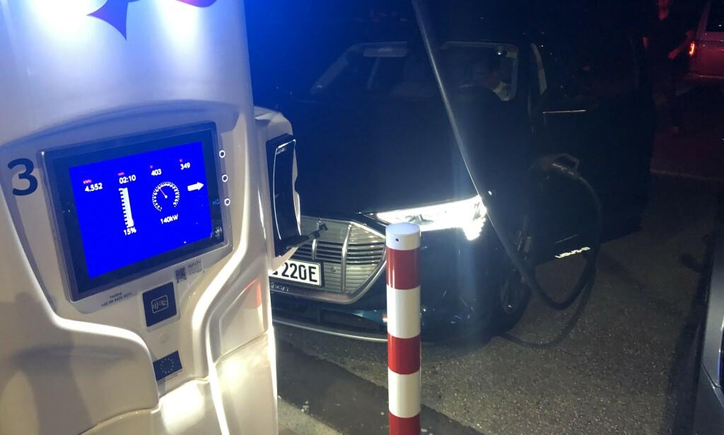 SPENNING: Ladestopp på natta, hvor Audien tok i mot opp til 150 kWh helt fra start og opp til 80 prosent. Foto: Rune Nesheim