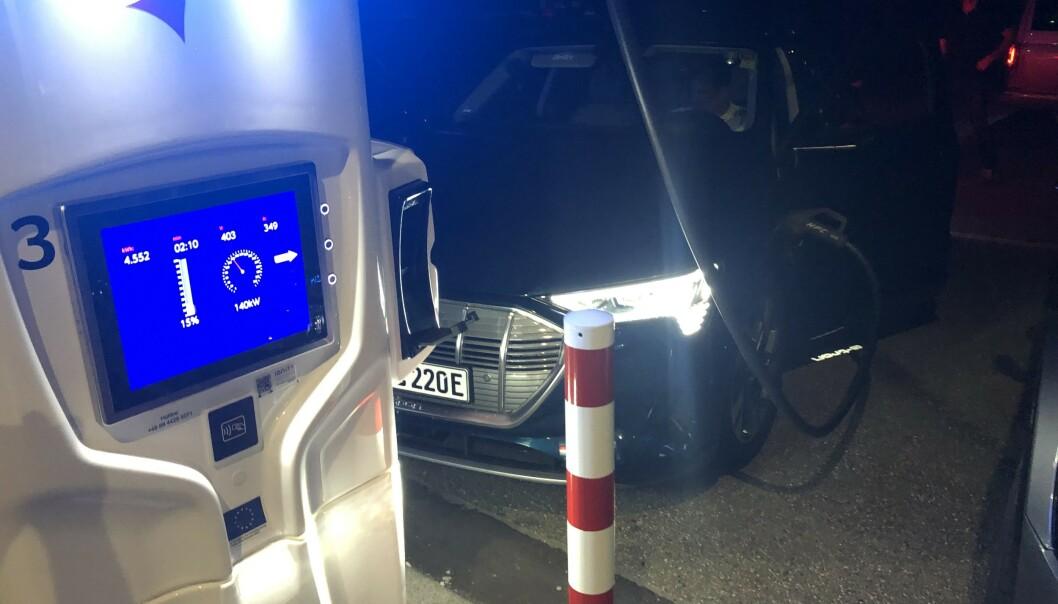 <strong>SPENNING:</strong> Ladestopp på natta, hvor Audien tok i mot opp til 150 kWh helt fra start og opp til 80 prosent. Foto: Rune Nesheim