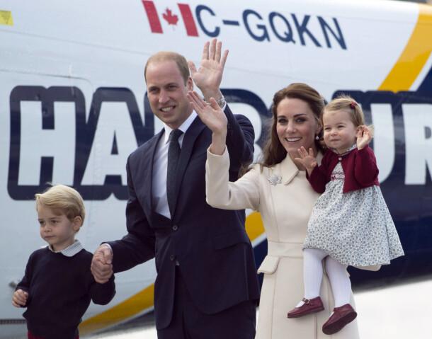FIN FAMILIE: William og Kate med barna prins George og prinsesse Charlotte i 2016, på vei inn i et annet fly. Foto: AP/ NTB scanpix