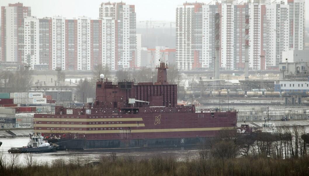 Det flytende atomkraftverket fotografert da det ble tauet ut fra skipsverftet i St. Petersburg i april. Arkivfoto: Dmitrij Lovetskij / AP / NTB scanpix