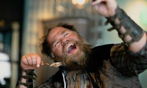 SPISER GRAUT: Grøtbarer erstatter kaffebarer i Oslo i serien «Beforeigners». Foto: HBO