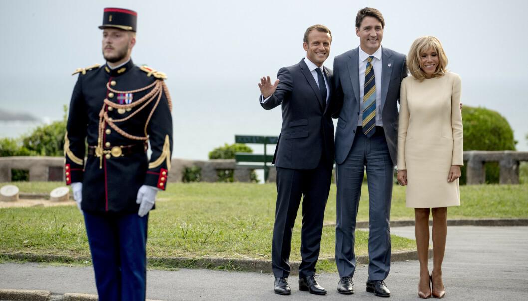 Canadas statsminister Justin Trudeau (i midten) ble tatt imot av Frankrikes president Emmanuel Macron og kona Brigitte i Biarritz. Til lørdagens arbeidsmiddag fikk Trudeau, Macron og de øvrige lederne servert blant annet utrydningstruet makrellstørje. Foto: Andrew Harnik / AP / NTB scanpix