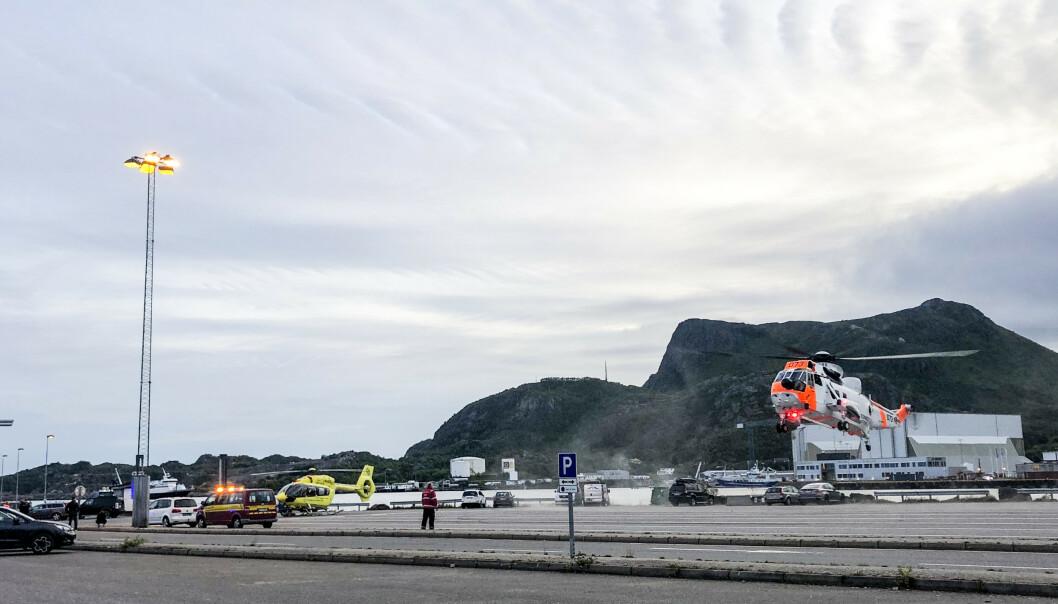 Mannskaper fra nødetatene der tre personer ble reddet opp etter at en bil kjørte i vannet ved et fergeleie i Svolvær i Nordland. Det ble utført livreddende førstehjelp på stedet. Foto: Trine Sivertsen / Våganavisa / NTB scanpix