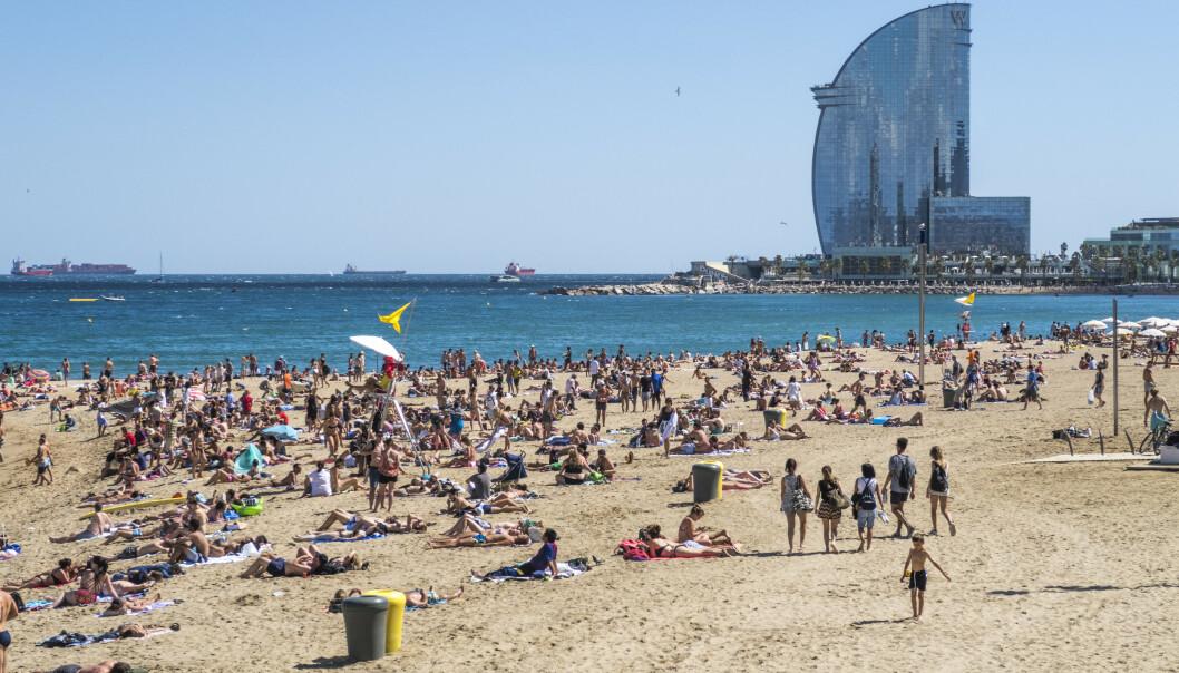 Stranden St Sebastià ligger midt i Barcelona og er en av byens mest brukte strender. Arkivfoto: Halvard Alvik, NTB scanpix