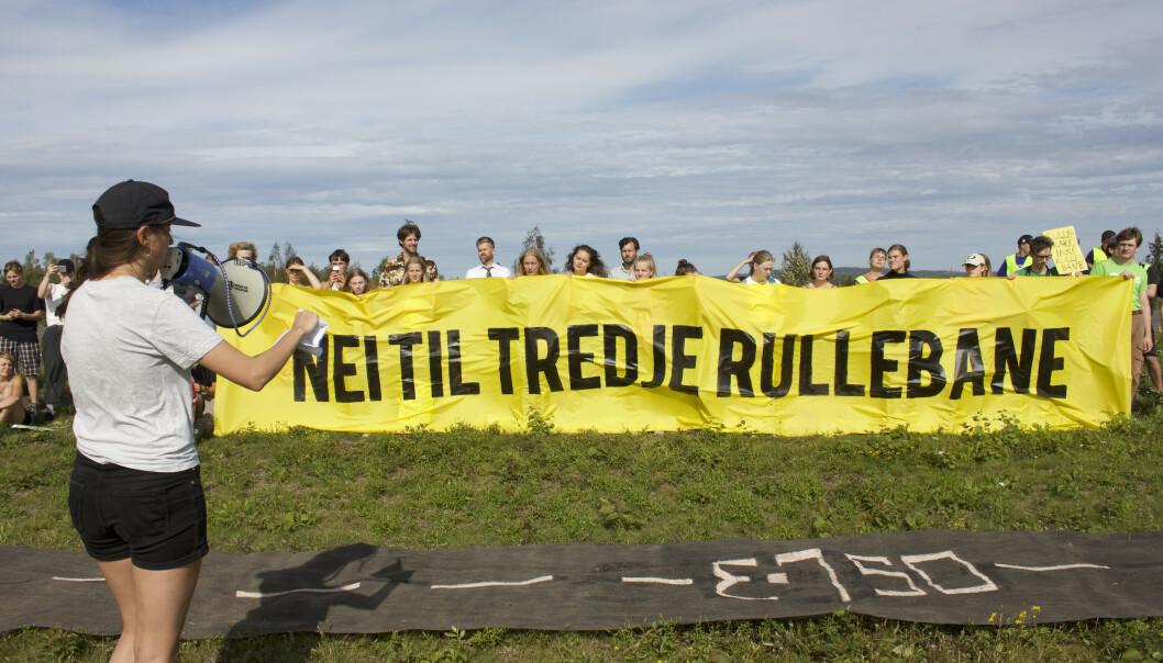 Protest mot utbyggingen av tredje rullebane på Oslo Lufthavn. Demonstrasjonen var del av Gardermoen Klimacamp som denne uka ble arrangert på Elstad gård, som ligger i nabolaget til flyplassen. Foto: Greenpeace / NTB scanpix