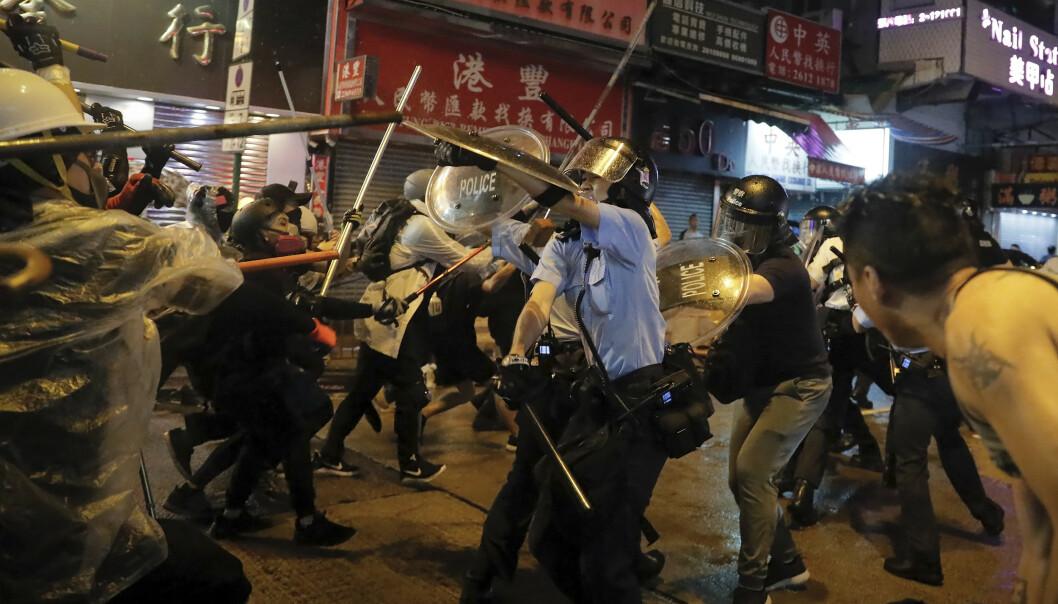 Sammenstøt mellom politi og demonstranter i Hongkong søndag. Foto: AP Photo / Kin Cheung)