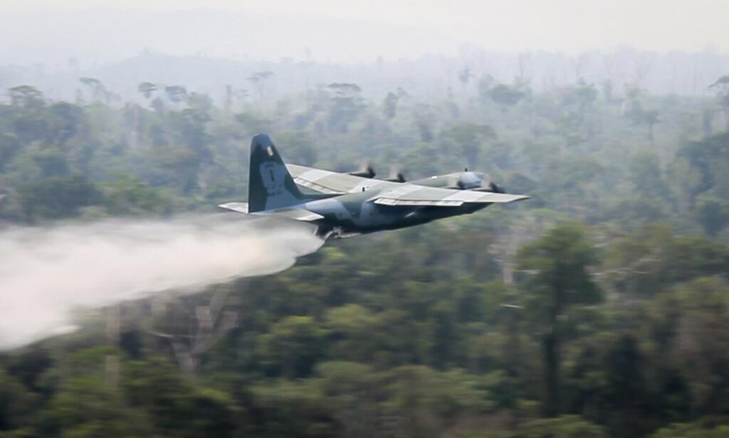 Brasils forsvarsdepartement har sendt ut dette bildet av et C-130 Hercules-fly som dumper vann for å slokke brannene som herjer i Amazonas-regnskogen i Brasil. Foto: AP / NTB scanpix.
