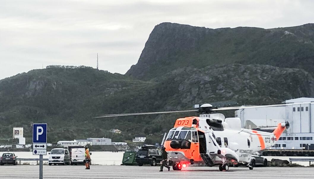 Tre personer ble hentet opp fra 25 meter dyp lørdag kveld, etter at bilen de satt i kjørte gjennom autovernet på fergekaia i Svolvær og ut i sjøen. Foto: Trine Sivertsen/Våganavisa / NTB scanpix