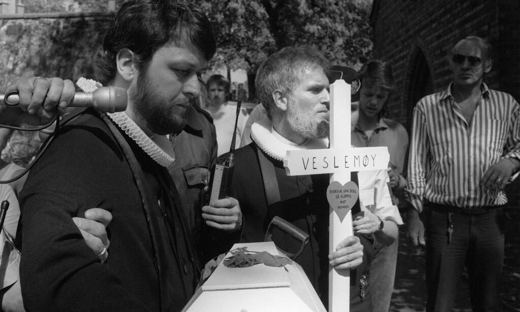 KONTROVERSIELLE: Ludvig Nessa (t.v) og avdøde Børre Knudsen har skapt mye blest med sine abortdemonstrasjoner de siste 40 åra. Her er de fotografert i 1988, da de forsøkte å begrave en babykiste på Vår Frelsers Gravlund i Oslo. Foto: NTB scanpix