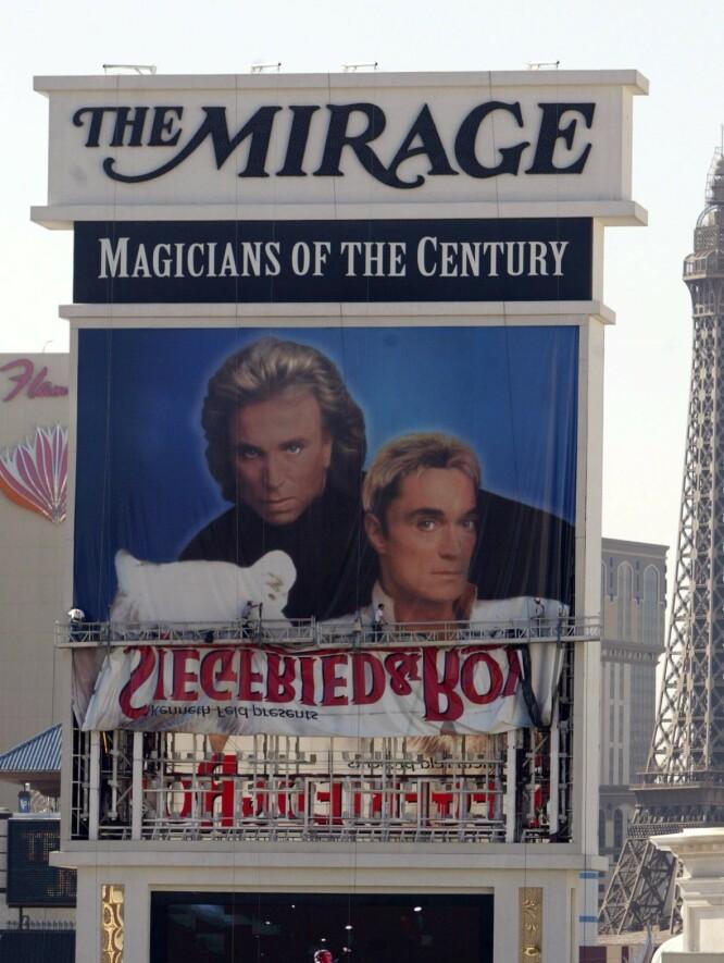 EPOKE OVER: Siegfried & Roy spilte i Las Vegas i 14 år Etter angrepet på Roy Horn ble forestillingen tatt av plakaten. FOTO: NTBScanpix.