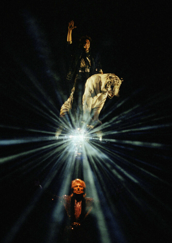 THE GREATEST SHOWMEN ...: Siegfried & Roy flyr høyt med en av sine hvite tigre på scenen Las Vegas. FOTO: NTBScanpix
