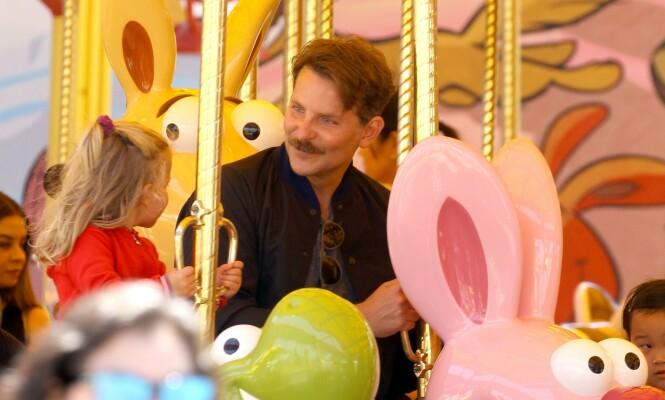 MED BART: De nye bildene av Bradley Cooper og datteren Lea får flere til å reagere. Foto: NTB Scanpix
