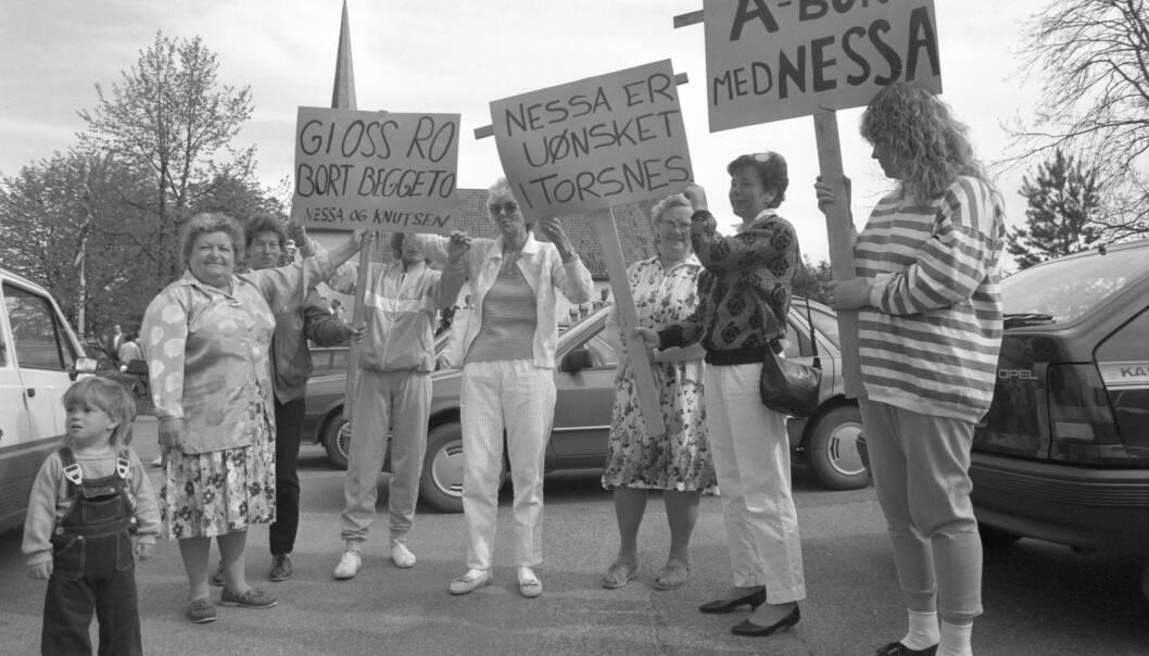 UTSKJELT: Abortdemonstrasjonene til Nessa og Knudsen ble sjelden avholdt uten motprotester. Disse damene demonstrerte i Torsnes i Østfold i 1988. Foto: NTB scanpix