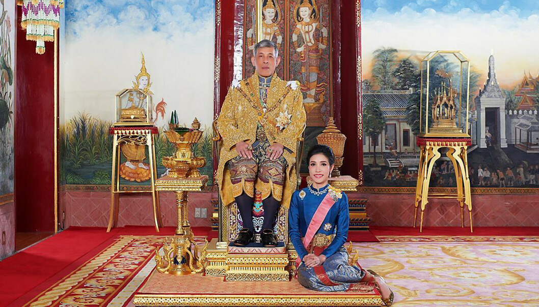 SJELDENT SYN: Mandag delte det thailandske kongehuset en rekke bilder av kong Maha Vajiralongkorn og hans «elskerinne», Sineenat Wongvajirabhakdi. Bildene har fått massiv oppmerksomhet og førte blant annet til at nettsiden til kongehuset brøt sammen i løpet av kort tid. Her ser man duoen posere på et av bildene som ble offentliggjort. Foto: NTB Scanpix