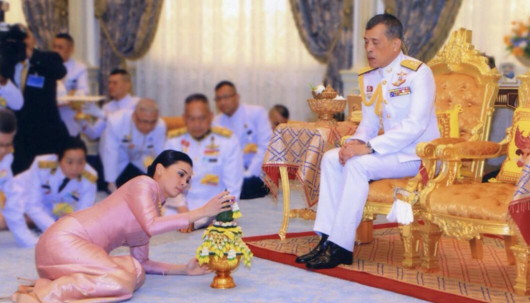 EKTEPAR: I mai giftet den thailandske kongen seg med sin utkårede, Suthida Vajiralongkorn na Ayudhya. Her er de avbildet under bryllupet. Foto: NTB Scanpix